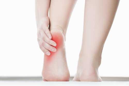 У женщины нередко болят ноги по причине гормональных изменений в организме